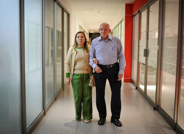 Rodrigo Salas, de 83 años, y su esposa, Venus Valverde, de 71, ahora deben estar al pendiente de su hija, la médica que sufrió el accidente. | GABRIELA TÉLLEZ.