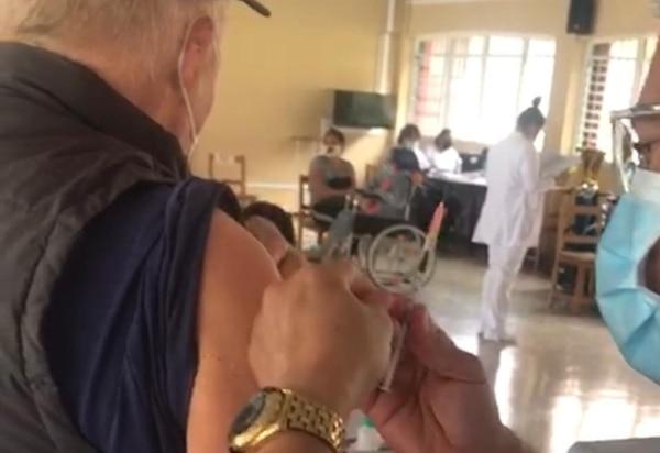Video difundido sobre engaño en la vacunación en el Ebáis de La Unión. Jorge Rodríguez afirmó haber grabado la situación mientras vacunaban a su padre, Elías Rodríguez, de 82 años. Captura de pantalla