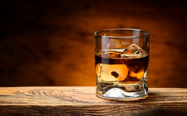 Se recomienda beber el whisky en vaso corto para disfrutar de sus aromas. No obstante, no hay reglas escritas y lo importante es que lo disfrute como usted prefiera. Shutterstock para LN