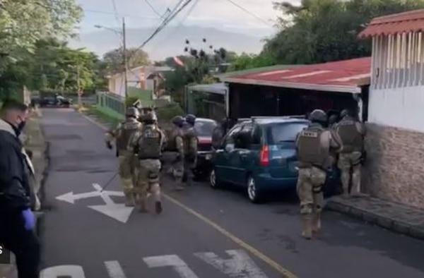 En el centro de Escazú se allanó una vivienda en la cual se detuvo a un sujeto de apellidos Muñoz Arias, señalado como cómplice de los hechos. Foto de OIJ.