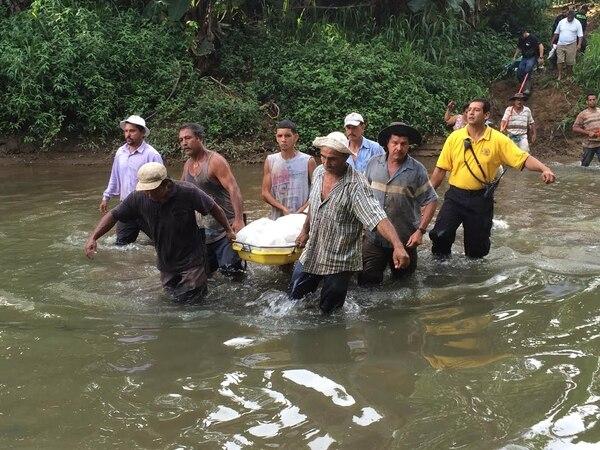 Vecinos, cruzrojistas y bomberos ayudaron a sacar el cuerpo de la zona montañosa.