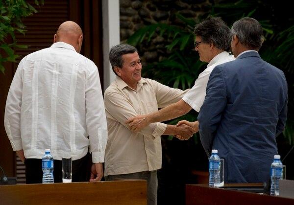 Pablo Beltrán (izquierda), jefe negociador del ELN, y Gustavo Bell, su homólogo del Gobierno colombiano, se saludaron este jueves 10 de mayo del 2018 en el reinicio del diálogo de paz, ahora en La Habana.