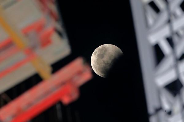 Luna parcialmente eclipsada desde San José. Foto: Rafael Pacheco.