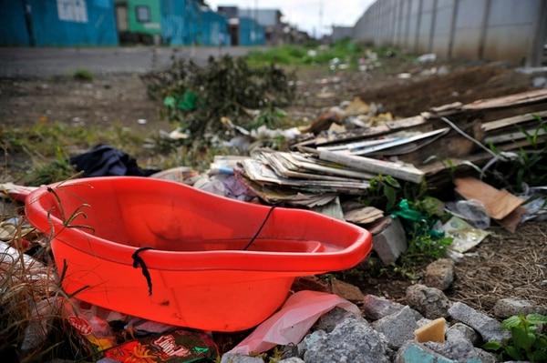 La acumulación de residuos en el barrio León XIII, en San José, favorece la proliferación del dengue.   MAYELA LÓPEZ