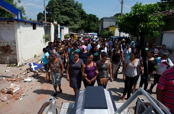 Familiares despidieron a Rosalba Marcial, una de las víctimas del terremoto en Juchitán.
