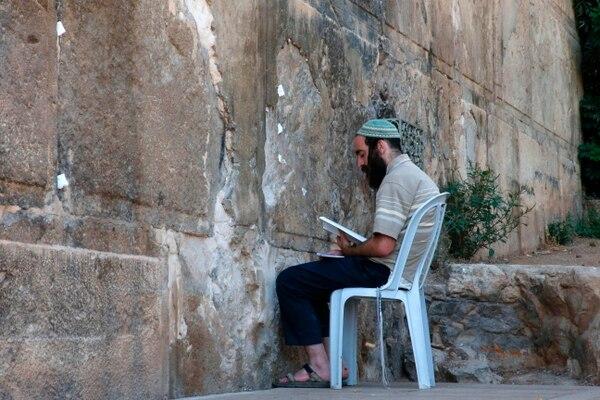 Un judío ultraortodoxo ora en las afueras de la tumba de los Patriarcas, llamada mezquita de Ibrahim por los palestinos, un sitio sagrado para ambas poblaciones en Hebrón, en la dividida ciudad de Cisjordania.