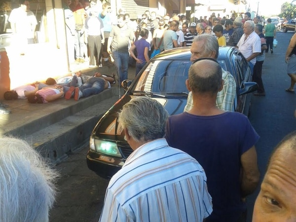 Los vecinos de Esparza se mostraron sorprendidos por la acción del OIJ que capturó a los sospechosos a plena luz del día.