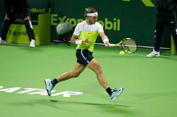 Rafael Nadal le devuelve la pelota a Illya Marchenko, a quien venció este viernes en las semifinales del Abierto de Catar.