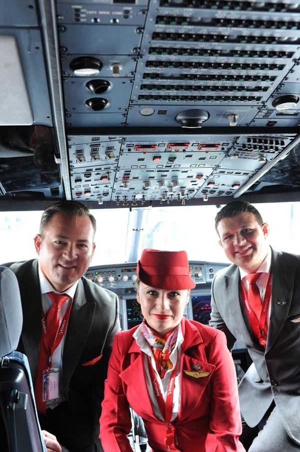 John Shirley, Doris Zúñiga y Diego Leiva volvieron a reunirse el 18 de mayo para recordar lo sucedido en el vuelo a Toronto. Aquí los tres en la cabina de un A320 de Avianca. Foto: Jorge Navarro.