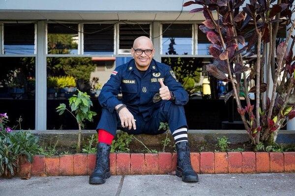 El comisario Juan José Andrade dirigió la Fuerza Pública del 2010 al 2018. Dice que trabajó en humanizar a ese cuerpo policial y acercarlo más a la ciudadanía. En la imagen, conmemorando en una ocasión el Día Mundial de la Persona con Síndrome de Down, de ahí el color de sus medias. Fotografía: Cortesía Juan José Andrade.
