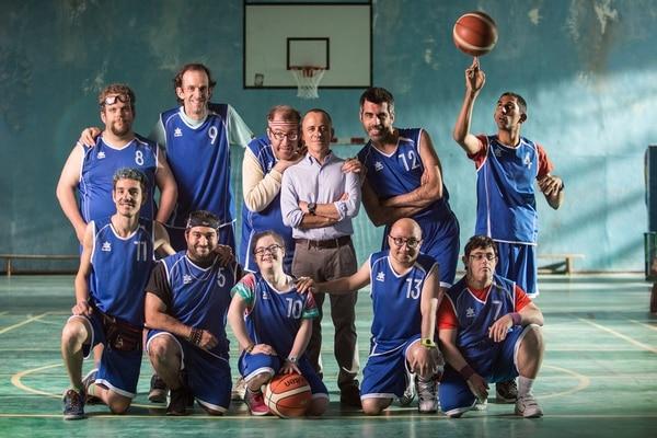 'Campeones' es protagonizada por Marco, quien es un entrenador profesional de baloncesto que tiene la obligación de entrenar a un equipo compuesto por personas con discapacidad intelectual. Lo que comienza como un reto difícil se acabará convirtiendo en una lección de vida