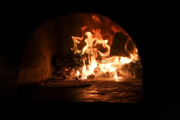 Vista del horno a la leña donde se preparan los alimentos.