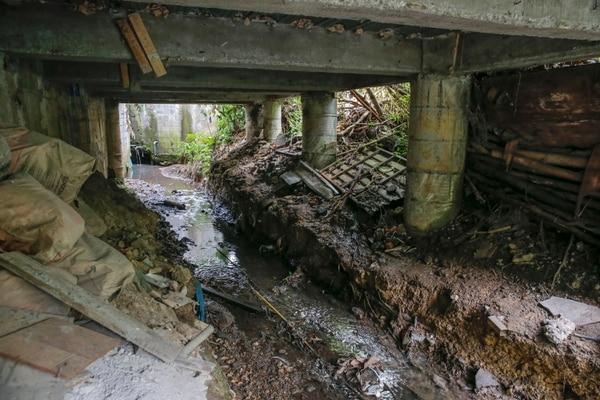 Un sector de la construcción le pasa por encima a la quebrada. Foto: Mayela López.