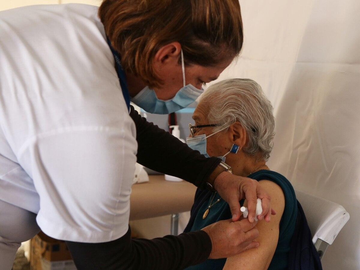 La prioridad de vacunación contra covid-19 son las personas mayores de 58 años, ellas actualmente reciben el 80% de las dosis que recibe el país de la farmacéutica Pfizer. Fotografía: CCSS