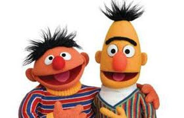 El guionista de Plaza Sésamo, Mark Saltzman confirmó que Enrique y Beto eran una pareja homosexual. Fotografia: Televisa.