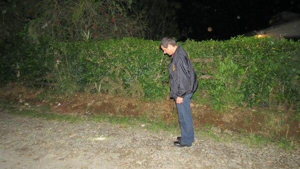 Un agente del OIJ de San Carlos inspeccionó la escena en busca de casquilllos. Carlos Hernández