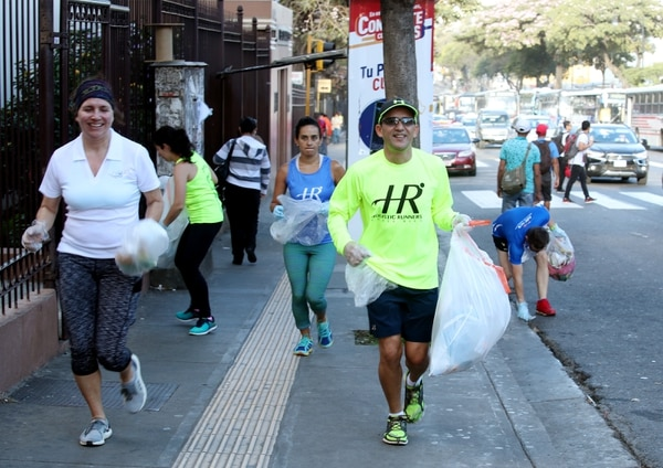 Maricruz Pereira y Franklin Jiménez durante la recolección de basura organizada por el equipo de atletismo Holistic Runners. / Fotografía: John Durán