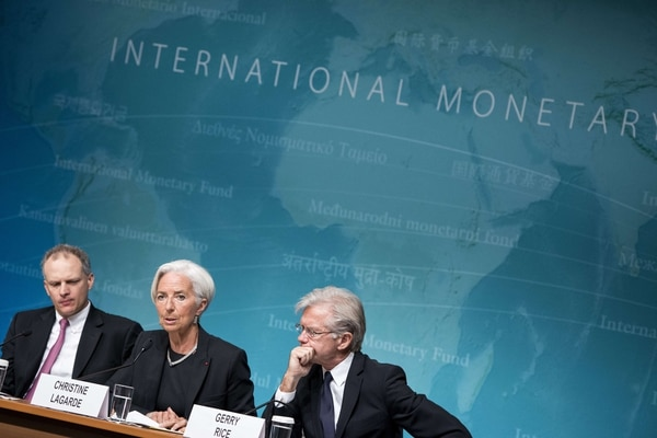Alejandro Werner, director del FMI para el Hemisferio Occidental y el portavoz Gerry Rice escuchan a la directora gerente del FMI, Christine Lagarde, mientras habla con la prensa sobre la revisión anual de la economía de Estados Unidos.