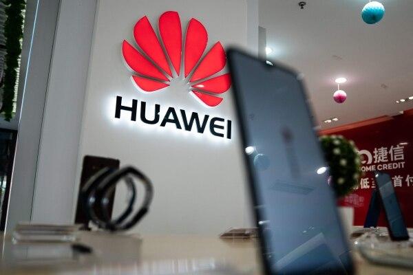 El 20 de mayo de 2019 se exhibió un logotipo de Huawei en una tienda minorista en Beijing,China. Foto AFP