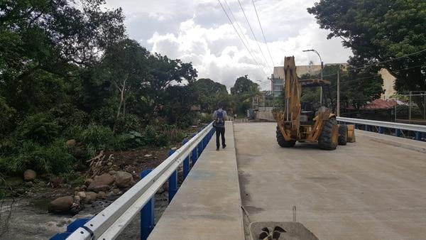 El puente que comunica barrio Monserrat, en Alajuela, con la radial hacia el centro de esa provincia fue una de las obras construidas con los $60 millones del crédito denominado BID-Cantonal I. Fotografía: Francisco Barrantes