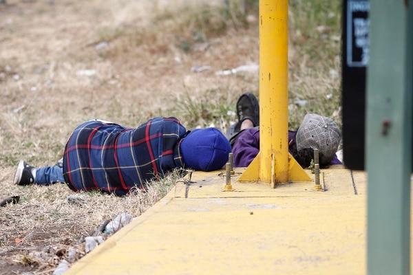 Un recorrido por diferentes localidades de San José este jueves deja ver que pese el empuje frío que afecta el país algunas personas duermen a la intemperie por falta de condiciones Foto: Albert Marín.