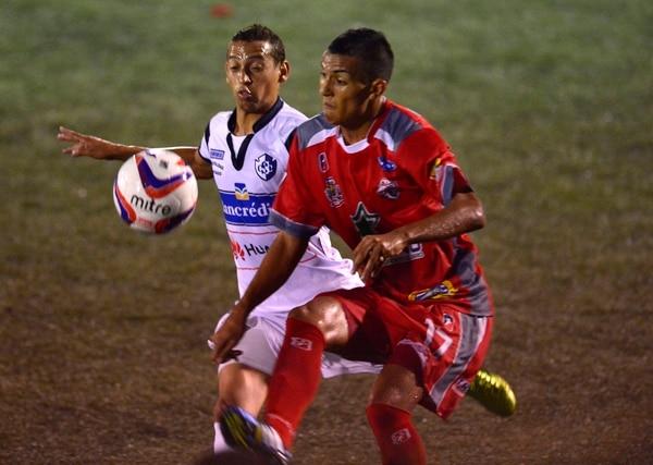 Osvaldo Rodríguez controla la pelota ante la marca de Paolo Cardozo.