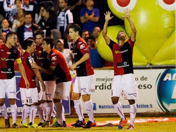 Armando Alonso (derecha) festeja después de anotar el gol que encaminó el triunfo manudo. A un costado sus compañeros felicitan a Álvaro Sánchez por el centro. | CARLOS BORBÓN