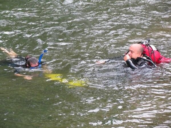 Los buzos Guillermo Hernández y Katering Chacón forman parte del grupo que busca en el río Chachaguita