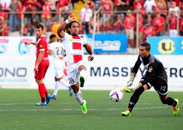 Jonathan McDonald procura alcanzar un balón que Adrián De Lemos parece tener controlado.