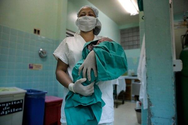 Fabiola Mora, auxiliar de enfermería del Hospital de Guápiles, recibió a un bebé el 20 de agosto. | ALBERT MARÍN