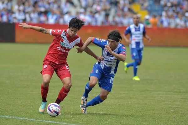Carlos Hernández y Christian Bolaños disputan la pelota en el medio campo