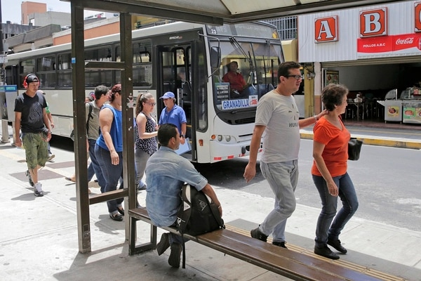 Parada de autobuses de la ruta entre San Pedro, Sabanilla y San José. Esa frecuencia asignada a la empresa Autotransportes Cesmag fue la primera compañía a la cual se le aplicó el año pasado el método de cálculo.