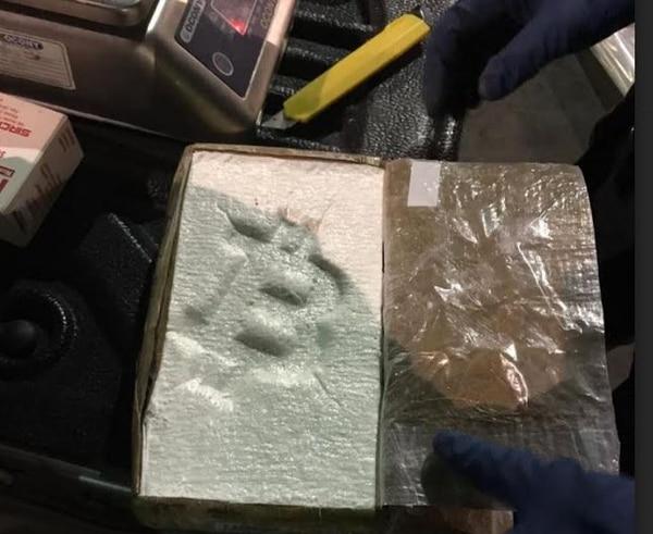 Los paquetes de cocaína tenían troquelados la letra B y por fuera una calcomanía con la palabra Bitcoin. Foto: MSP