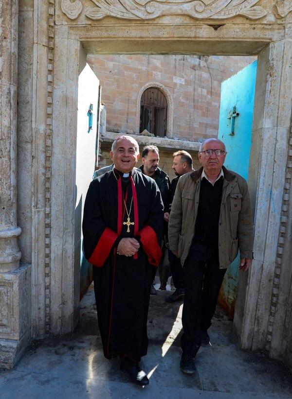 Najeeb Michaeer, arzobispo católico caldeo de Mosul, observó los trabajos de restauración de un viejo templo en Mosul, el 3 de febrero del 2021. AFP