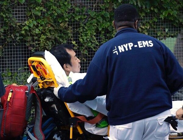 Un hombre recibía auxilio después de sufrir lesiones por el acto terrorista que ocurrió el martes 31 de octubre del 2017 en Nueva York.