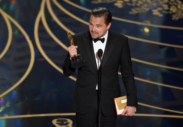 Leonardo DiCaprio con el primer Óscar de su carrera en sus manos.