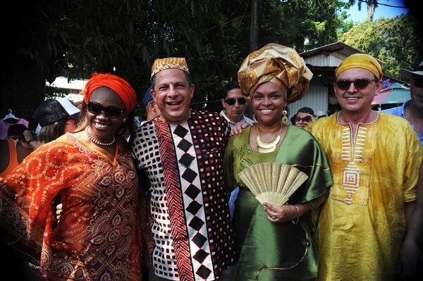 Luis Guillermo Solís, acompañado por la diputada josefina Epsy Campbell (de rojo), y la presidenta de Japdeva, Ann McKinley, además del ministro de Ambiente, Édgar Gutiérrez. Todos con trajes tradicionales afro. | RAFAEL MURILLO