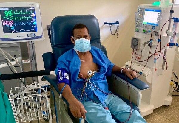 Este vecino de Abangares, Ángel Madrigal, es uno de los ocho pacientes que requiren hemodiálisis en el Hospital Enrique Baltodano, de Liberia. De lograr más aparatos en ese hospital regional, no requerirían trasladarse hasta San José. Foto: CCSS