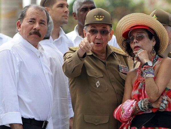 Los co-gobernantes de Nicaragua, junto a Raúl Castro.   FOTO: ALEJANDRO ERNESTO/POOL VIA THE NEW YORK TIMES