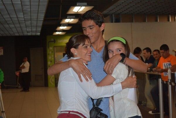 Juan Diego Castro fue recibido anoche en el aeropuerto Juan Satamaría por su mamá Carla Villalobos y su hermana Ana, con quien se fundió en un abrazo tras salir de la terminal aérea.   SHIRLEY VÁSQUEZ