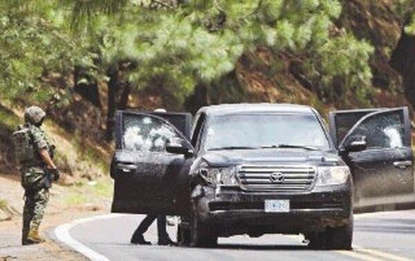 Militares revisan la camioneta diplomática tras el incidente en la carretera hacia Cuernavaca. | AP.