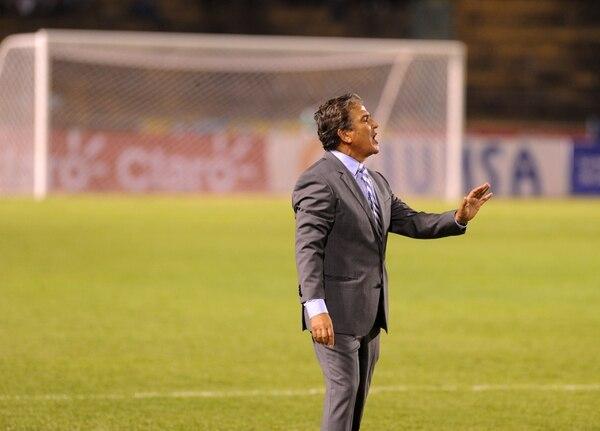 Jorge Luis Pinto da indicaciones a sus jugadores durante el partido amistoso entre Honduras y Venezuela.