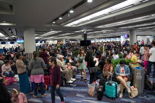 Pasajeros varados esperaban este lunes 12 de agosto del 2019 en el aeropuerto internacional en Hong Kong, donde todos los vuelos fueron cancelados.