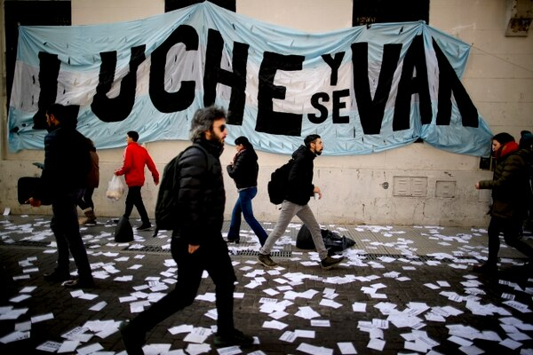 La decisión del presidente liberal Mauricio Macri de desempolvar los controles de cambios en Argentina hicieron resucitar los mercados paralelos para comprar dólares y devolvió a la calle una jerga que muchos esperaban haber dejado en el pasado.(AP Photo/Natacha Pisarenko)