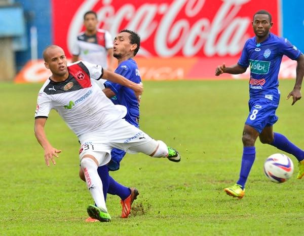 El brasileño Maurim Vieira es marcado por el generaleño Luis Stwart Pérez, mientras los observa de cerca Edder Nelson. | RAFAEL PACHECO