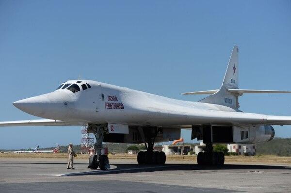 Un avión ruso Tupolev Tu-160 estacionado este lunes 10 de diciembre del 2018 en el aeropuerto internacional de Maiquetía, sito al norte de Caracas.
