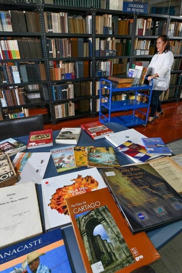 Ana Quirós es la jefa de la unidad de circulación y préstamo. Allí el público tiene acceso a colecciones más actuales de los documentos que se archivan en la biblioteca. Foto: Jorge Castillo.