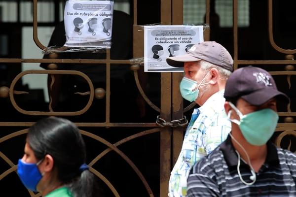 Las mascarillas se volvieron parte del paisaje costarricense a partir de mayo, pero aún con más fuerza en setiembre. Fotografía: Alonso Tenorio