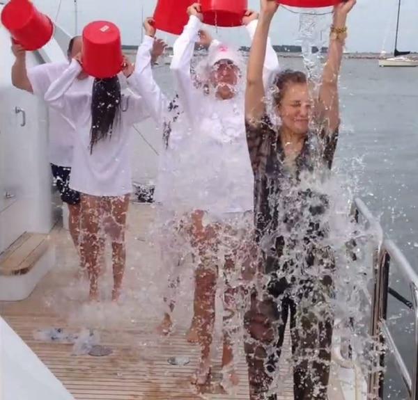 Al agua. La cantante Thalía y varios allegados suyos en el reto. Twitter de Thalía.
