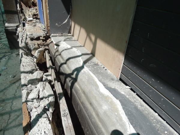 El zócalo o murete, será resanado para que vuelva a lucir como lo hizo cuando el edificio se construyó en 1914. Foto: Suministrada por el CICPC